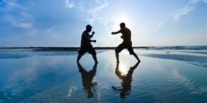 戦っている二人の男性の画像