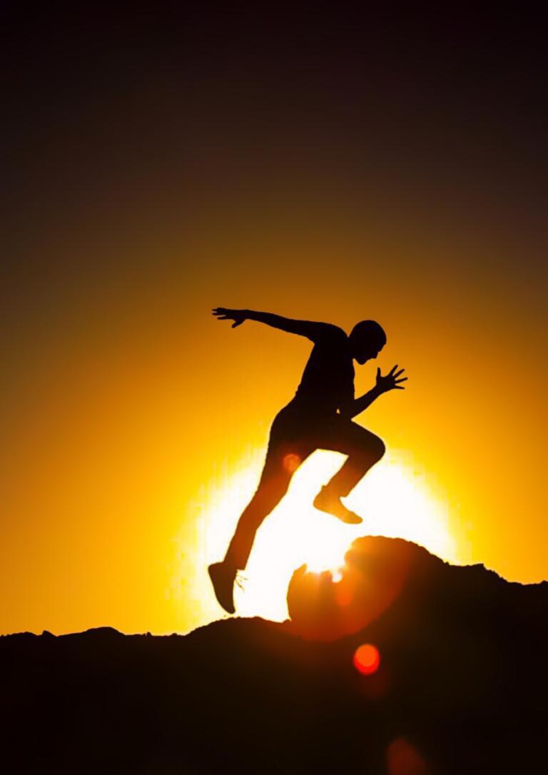 夕陽で走っている男性の画像