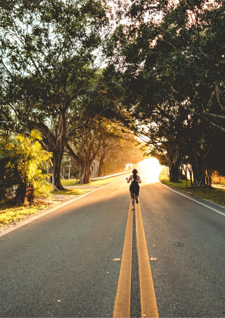 道を歩く女性の画像