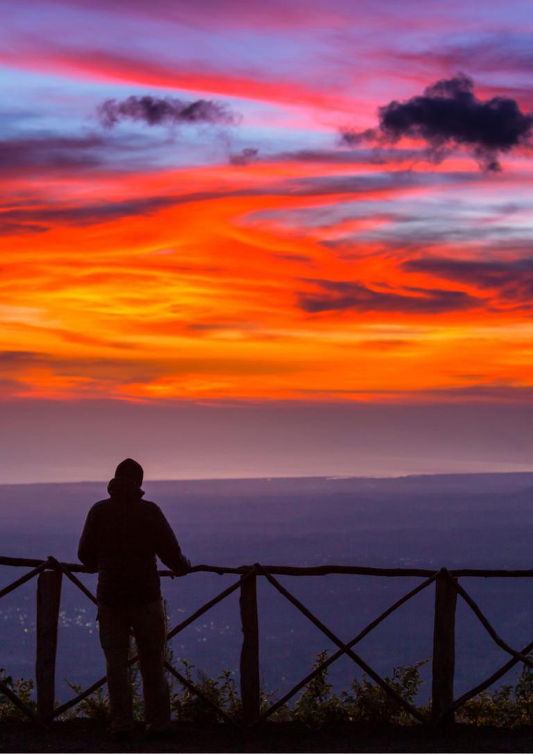 夕日と男性の画像