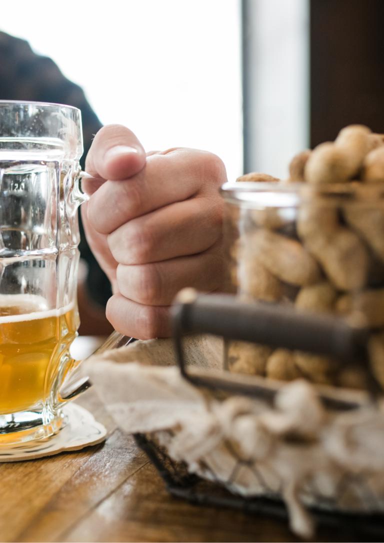 ビールとピーナッツの画像