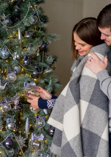 クリスマスツリーとカップルの画像