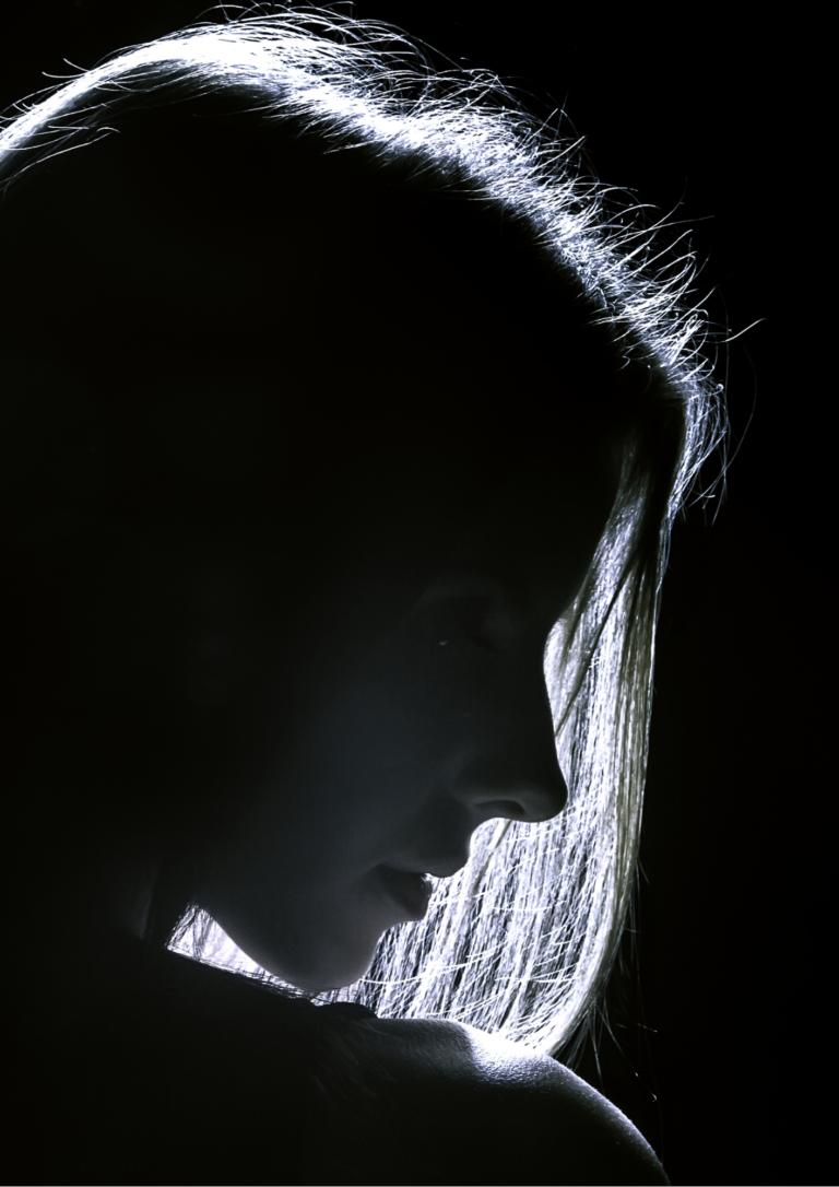 女性の横顔の画像