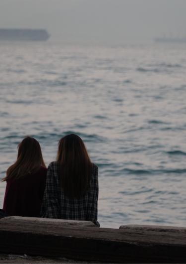 女性の友人2人の画像