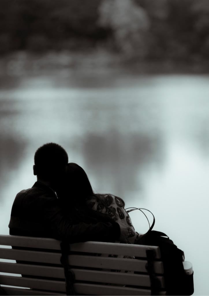 ベンチで座っているカップルの画像