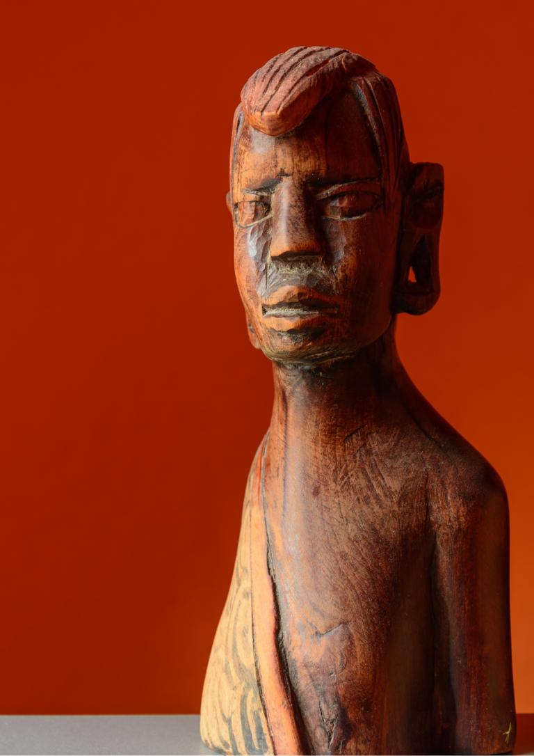 男性の彫刻の画像