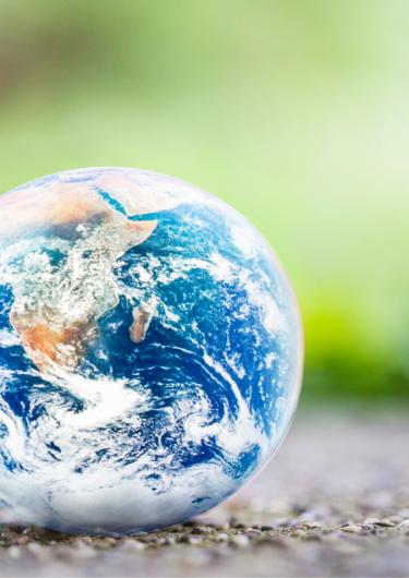地面に置いてある地球の置物の画像