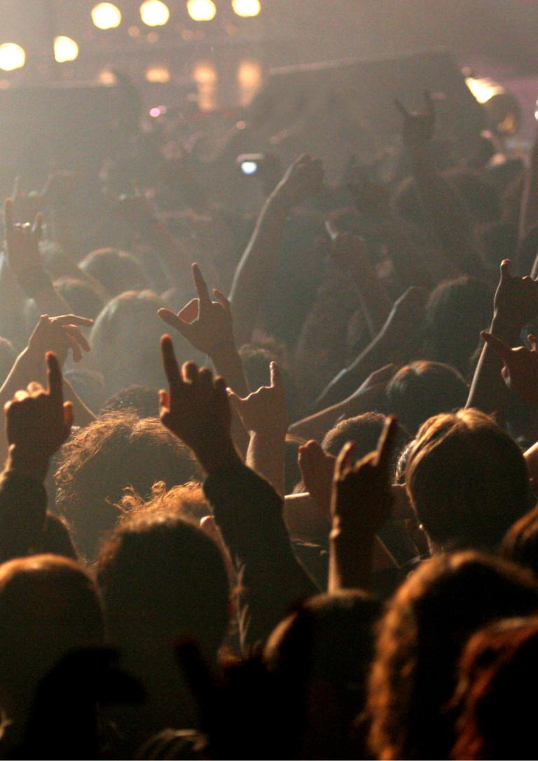 ライブハウスの観客の画像