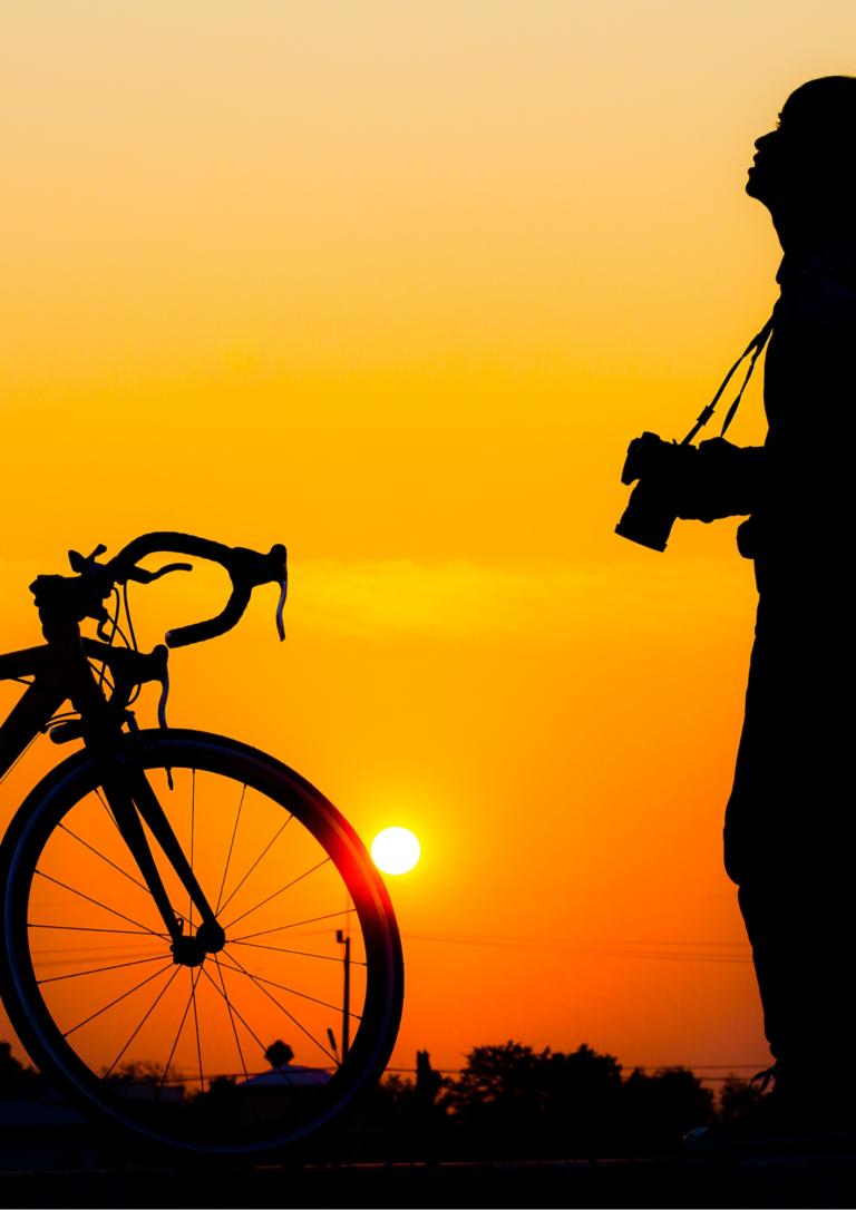 夕陽とカメラをもった青年の画像