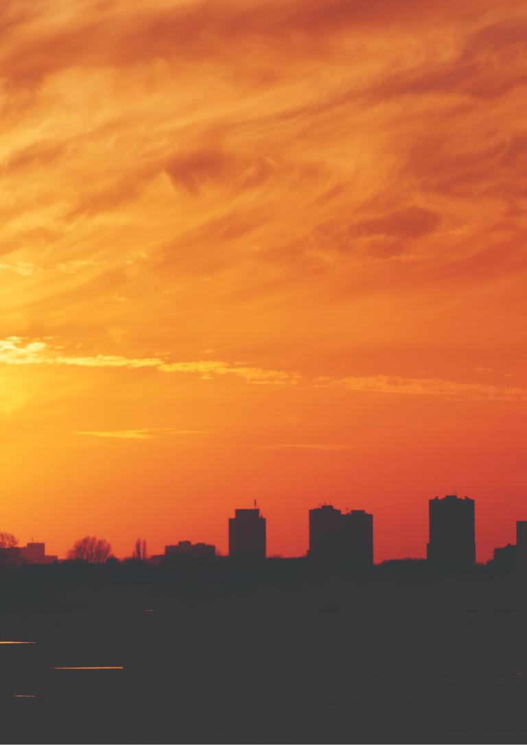 夕日の都会の風景の画像